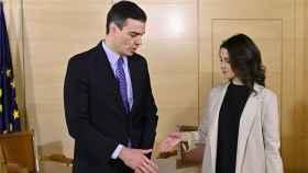 Pedro Sánchez e Inés Arrimadas se saludan en una de sus reuniones.