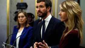 El presidente del PP, Pablo Casado, entre Ana Pastor (i) y Cayetana Álvarez de Toledo (d).