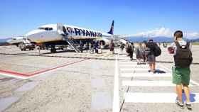 Pasajeros esperando a subir en un avión de Ryanair.