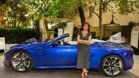 La directora de Lexus en España, Mar Pieltain, junto al nuevo LC 500 Cabrio.