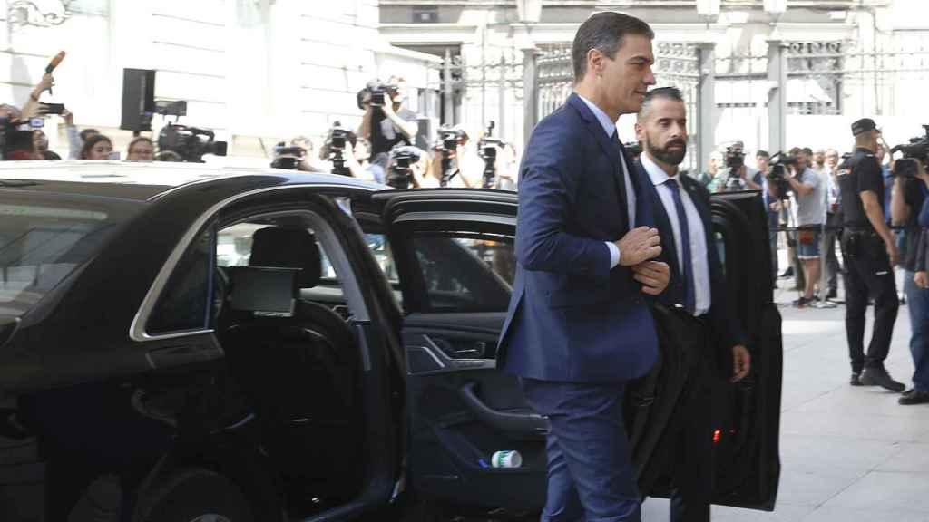 El presidente del Gobierno, Pedro Sánchez, saliendo del coche oficial.