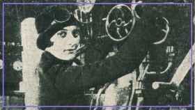 Pilar Careaga, subiendo a un tren.