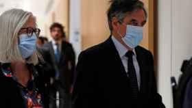 El ex primer ministro de Francia, François Fillon, entra en el juzgado con su esposa para conocer el veredicto.
