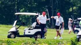 Donald Trump jugando al golf en Virginia este fin de semana, en plena expansión del virus en EEUU.