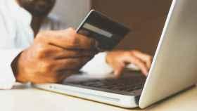 Una tarjeta de crédito siendo usada online.
