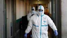 Un sanitario madrileño equipado con un traje de protección individual.