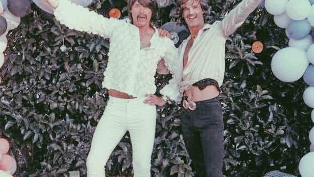 José Bono Jr. y Aitor Gómez en la fiesta alternativa de su boda.
