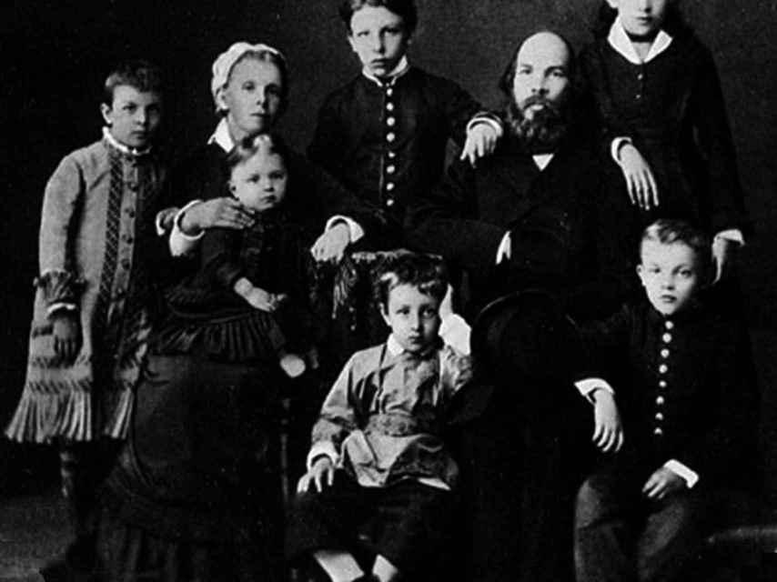La familia Uliánov, con Lenin abajo a la derecha.