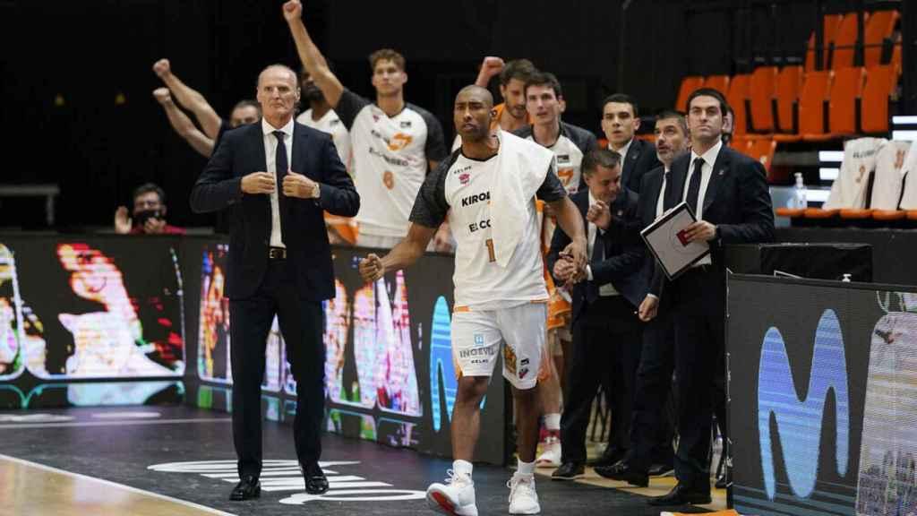Dusko Ivanovic y el banquillo de Kirolbet Baskonia celebra una canasta en la final de la ACB ante el Barcelona