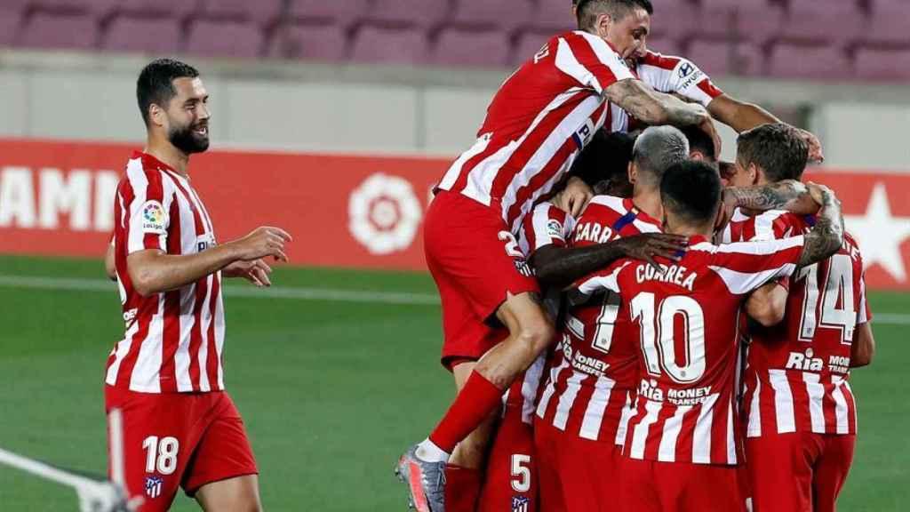 Los jugadores del Atlético de Madrid celebran el gol de Saúl Ñíguez ante el Barcelona
