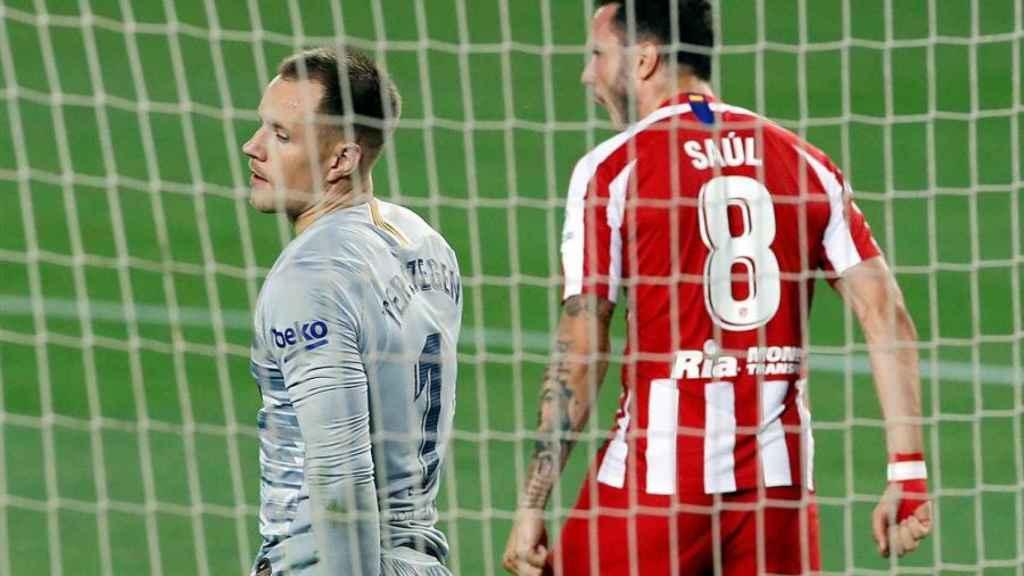 Saúl Ñíguez celebra el gol de penalti ante Ter Stegen en el Barcelona - Atlético de Madrid