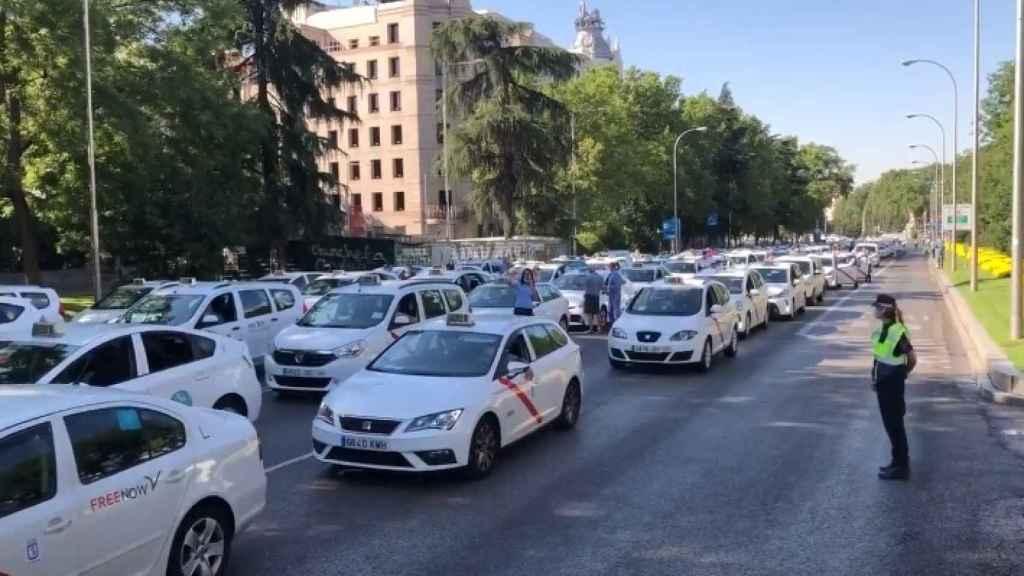 Decenas de taxis  en Madrid. Foto: Twitter @javiergalvezm
