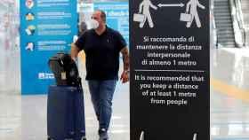 Un viajero en el aeropuerto de Fiumicino en Roma