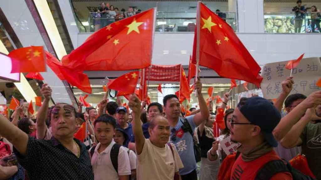 Un grupo de simpatizantes de China muestra banderas y cantan consignas en Amoy Plaza en Hong Kong (China). Efe
