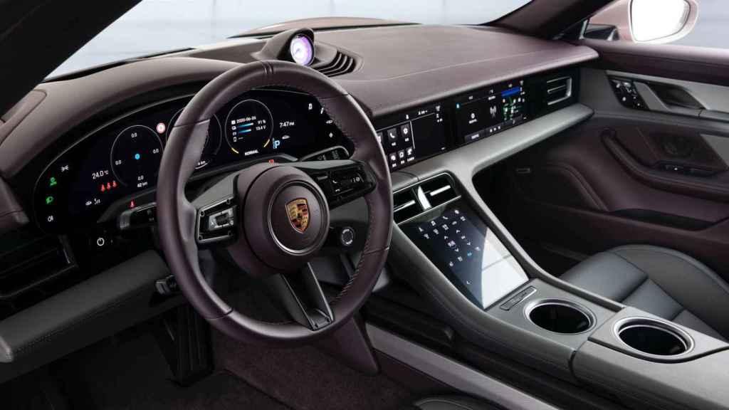 Pese a ser el 'barato', el interior del nuevo Porsche Taycan no decepciona