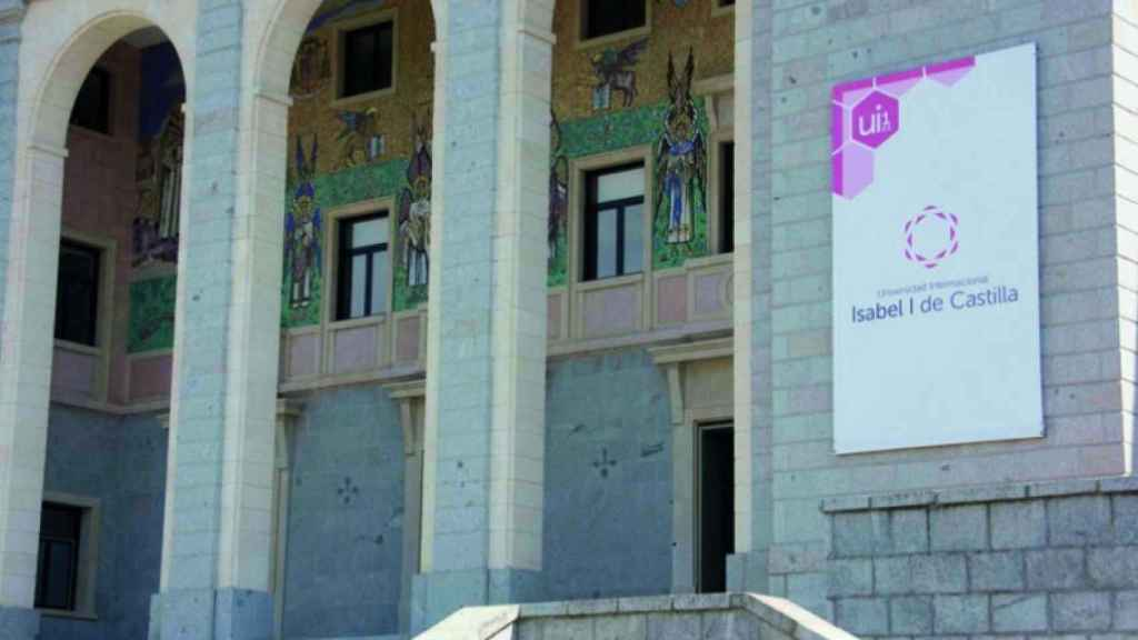 La fachada de la Universidad Isabel I de Castilla.