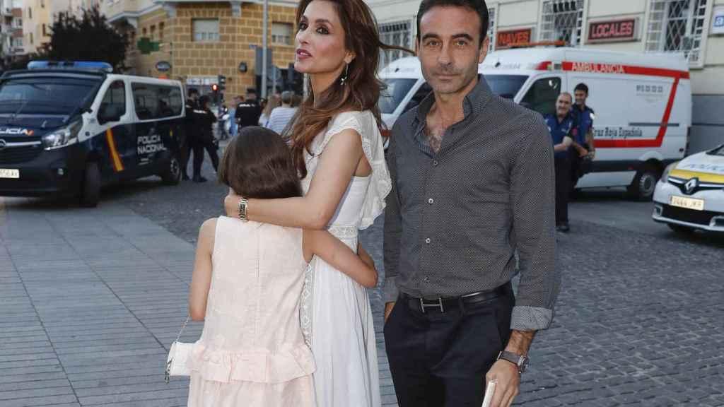 Paloma y Enrique junto a una de sus hijas por las calles de Madrid.