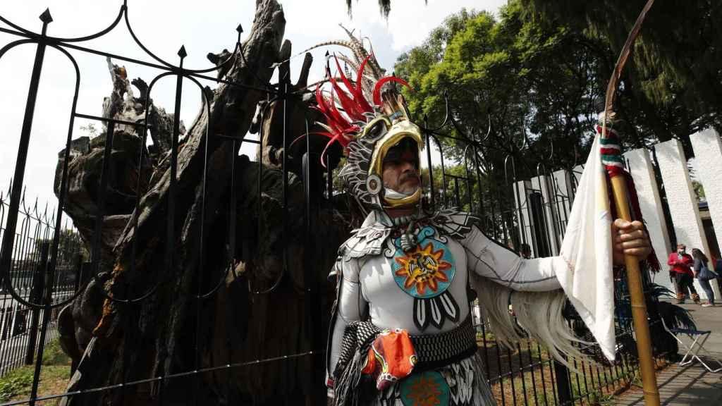 Danzantes realizan rituales y danzas frente al Árbol de la Noche triste este martes en Ciudad de México.