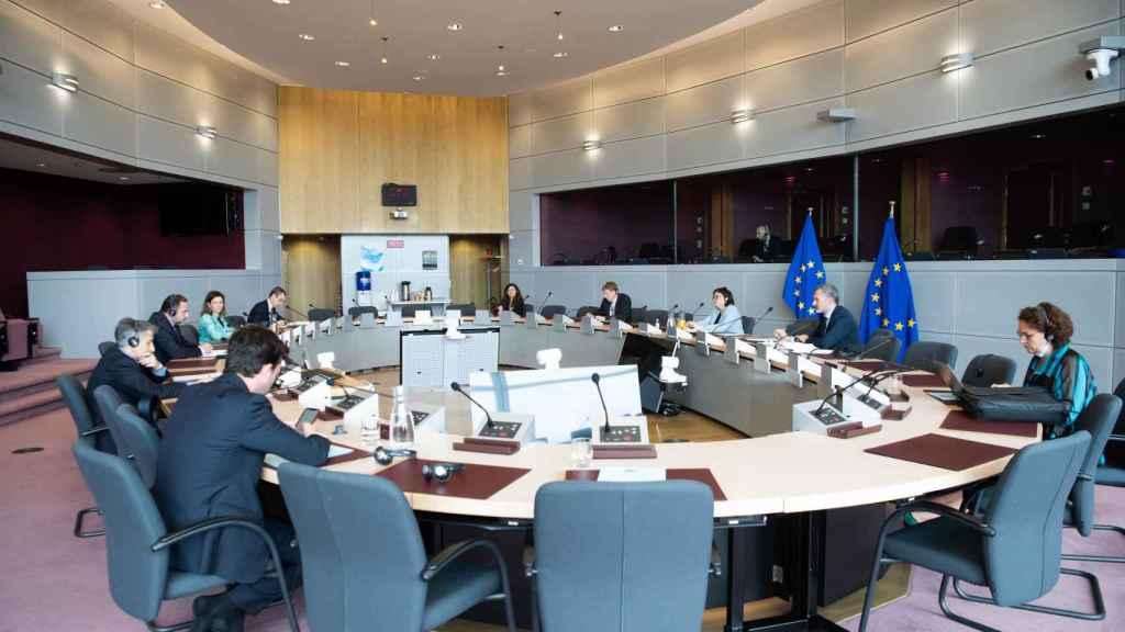 José Luis Ábalos y Adina Valean han guardado la distancia de seguridad en su reunión en Bruselas