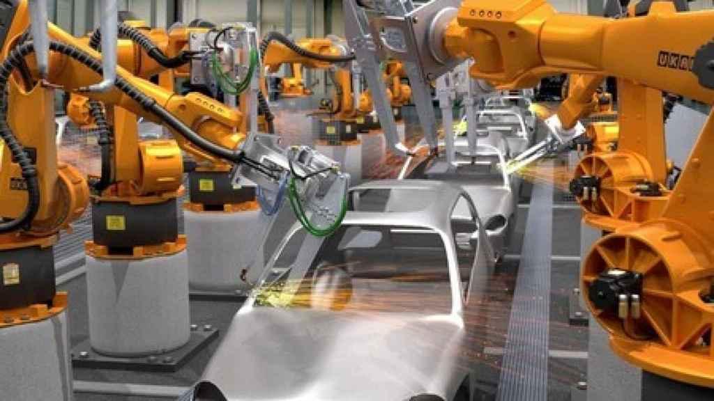 Un robot en una fábrica de coches.