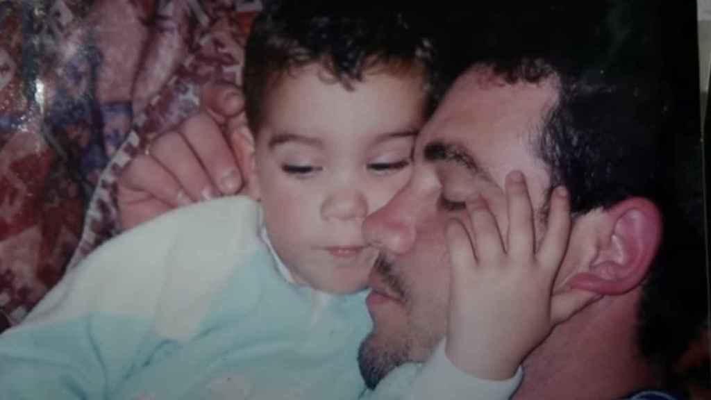 Imagen de la infancia de Vicente, junto a su padre, que fue difundida durante una entrevista que concedió a la productora de Archena Mapeka Telecom tras ser nombrado Mister España Pacific World 2017.