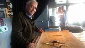El poeta e investigador José Alcamí a bordo de un barco en Tierra de Fuego.