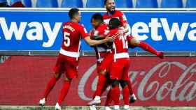 Piña de los jugadores del Granada para celebrar el gol de Roberto Soldado ante el Alavés