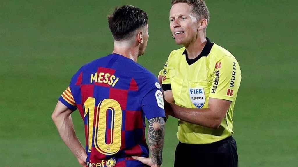 Leo Messi protesta a Hernández Hernández