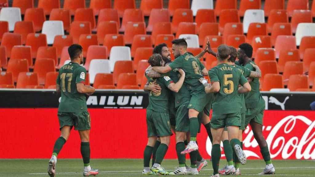 Piña de los jugadores del Athletic tras el gol de Raúl García ante el Valencia