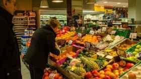 Gente comprando fruta.