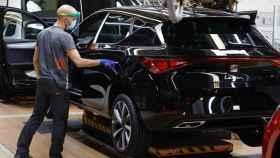 Un trabajador de la línea de producción del Seat León de la fábrica de Martorell (Barcelona) de Seat.