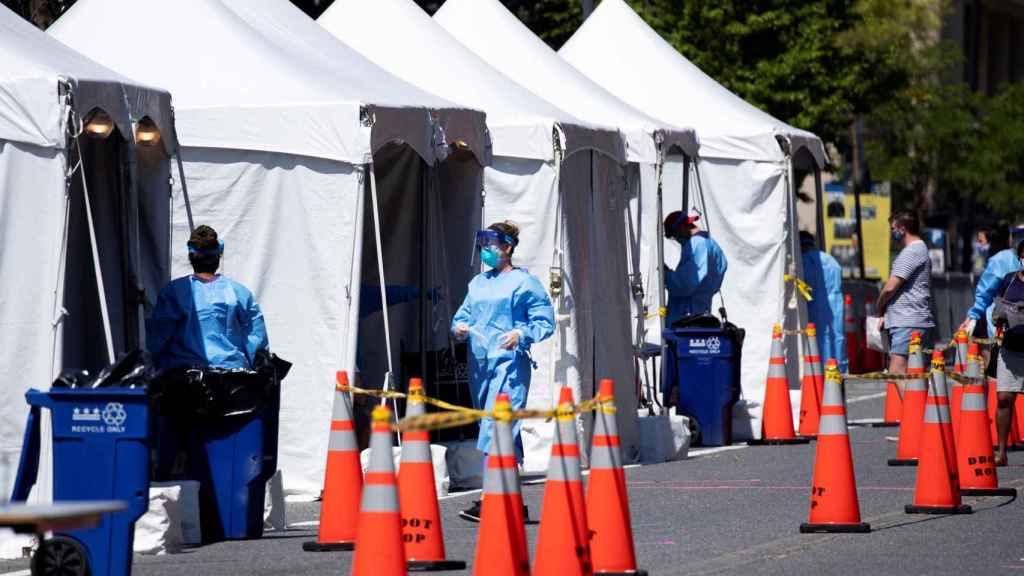 Sanitarios estadounidenses operan en un campamento contra el Covid en Washington DC.