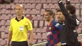 Antoine Griezmann y 'Cholo' Simeone durante el cambio del francés en el Barça - Atlético de Madrid