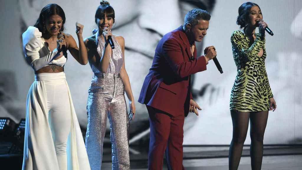 Aiatana Ocaña cantando junto a Alejandro Sanz, Nella y Greeicy Rendon.