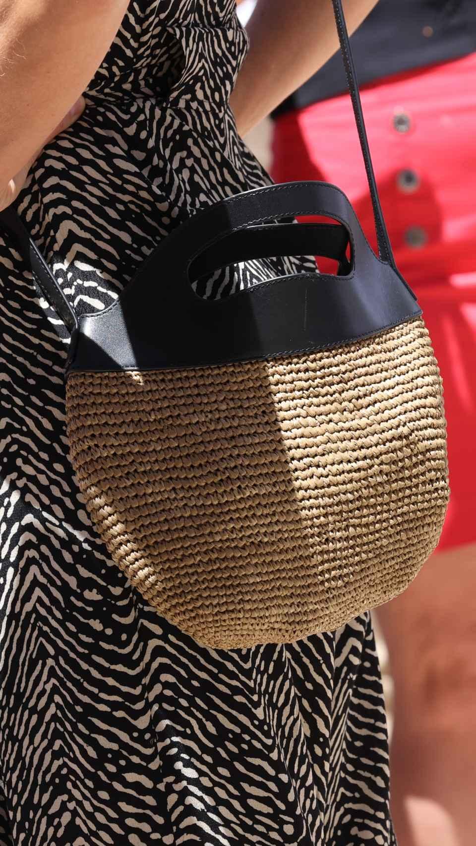Detalle del bolso de Letizia de Massimo Dutti.