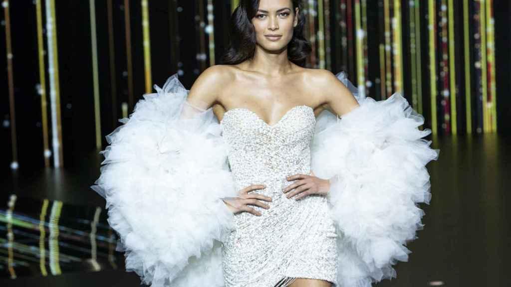 Una modelo desfilando en la Valmont Barcelona Bridal Fashion Week.