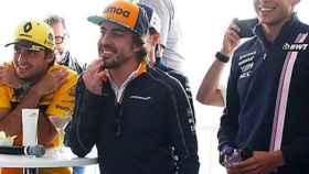 Fernando Alonso, Carlos Sainz y Ocon en un acto