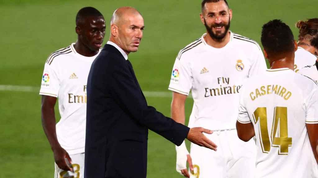 Zidane dialoga con los jugadores del Real Madrid durante una pausa para la hidratación