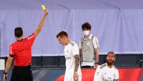 Juan Martinez Munuera muestra la tarjeta amarilla a Sergio Ramos