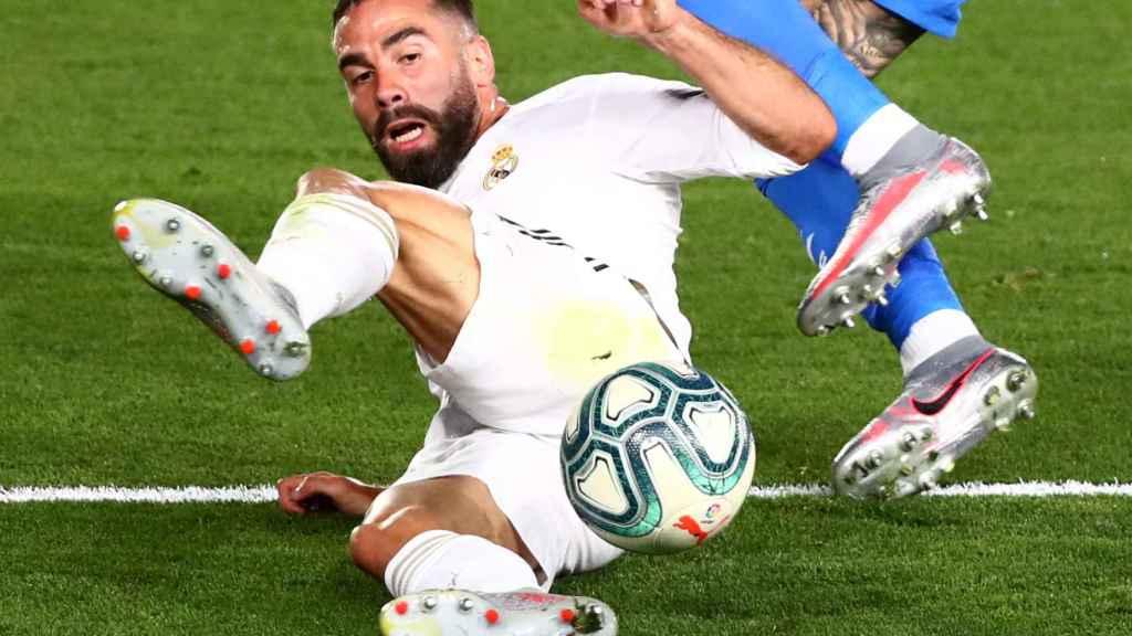 Dani Carvajal se tira al suelo para intentar robar un balón