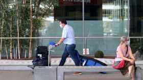 Unos turistas con sus maletas.