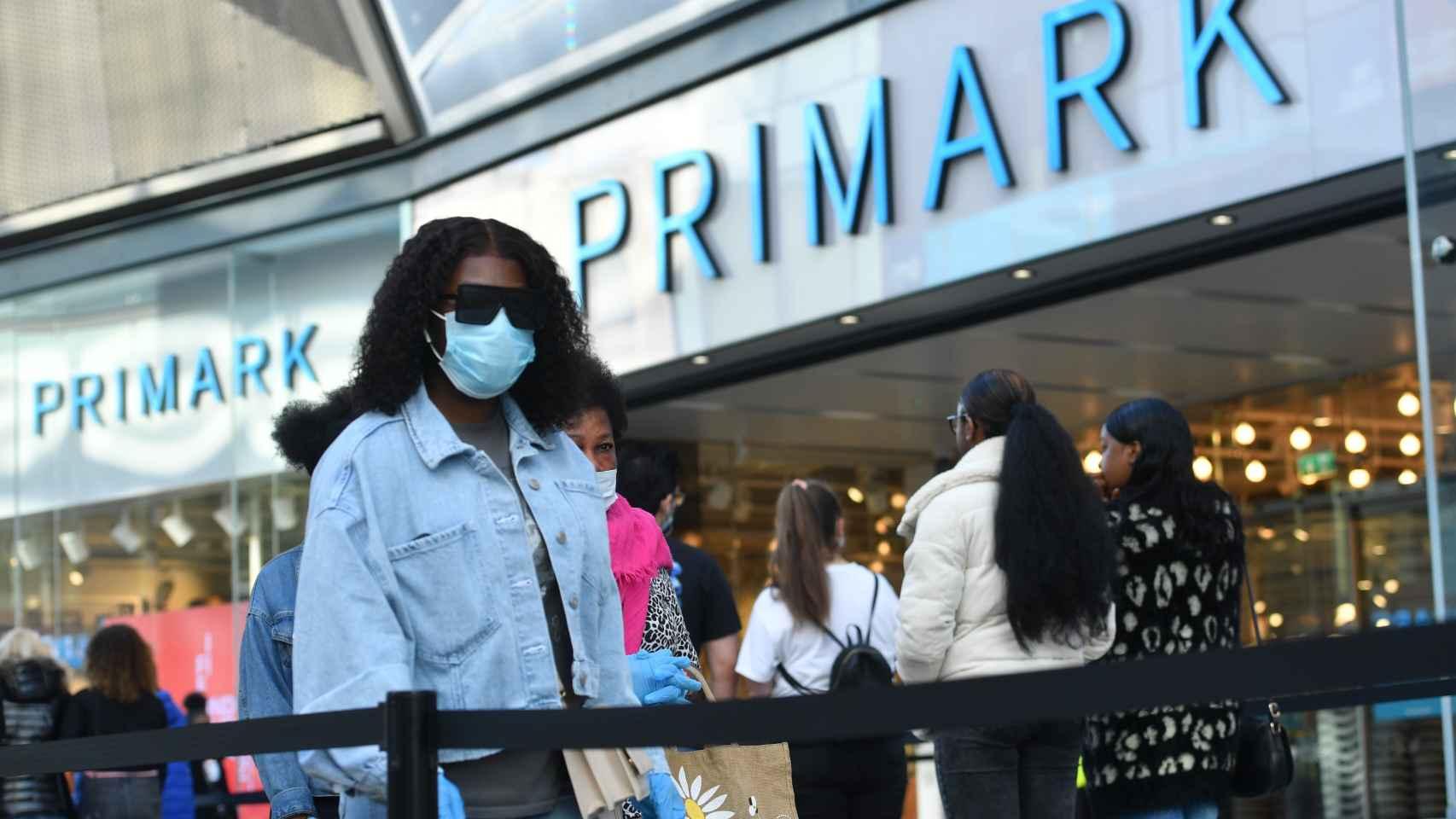Gente haciendo cola para entrar en una tienda de Primark.