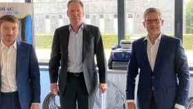 Hugo Manenti, desarrollo corporativo y relación con inversores de Fluidra; Alain Limauge, director de Aquafive; y Josep Piera, director general de área en Fluidra.
