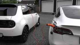 Un Tesla conectado a un Honda eléctrico, ¿será capaz de recargarlo?