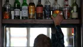 Estante de un bar con bebidas alcohólicas.