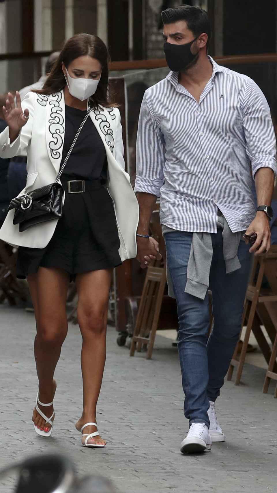 La pareja paseando por Candás.