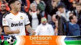 Maxi Gómez celebra un gol con el Valencia