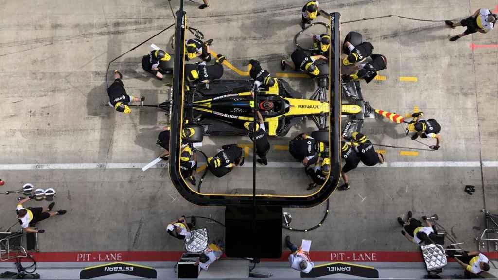 Los mecánicos de Renault practican una parada en boxes durante el GP de Austria 2020