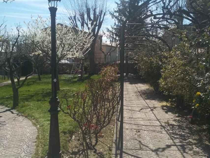 El jardín de la vivienda okupada en El Escorial (Madrid).