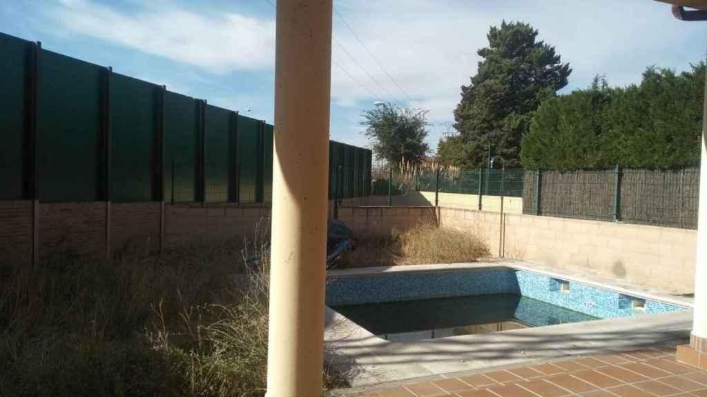 La piscina okupada de 'El Taca' y su familia.